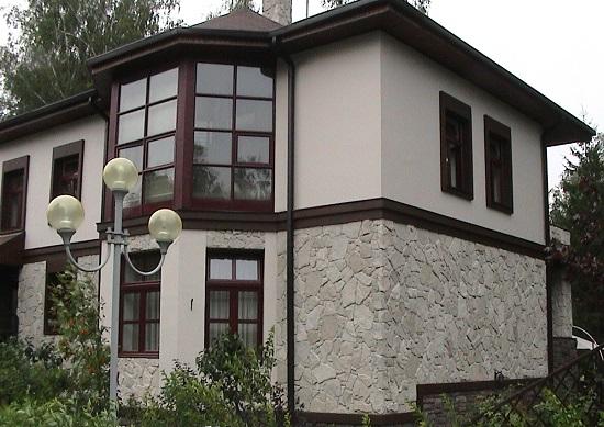 отделка-дома-декоративной-штукатуркой-под-камень