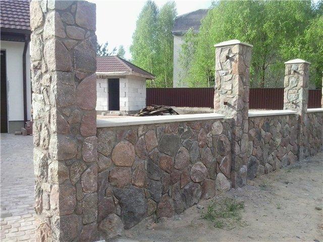 столбы и фундамент для забора из камня